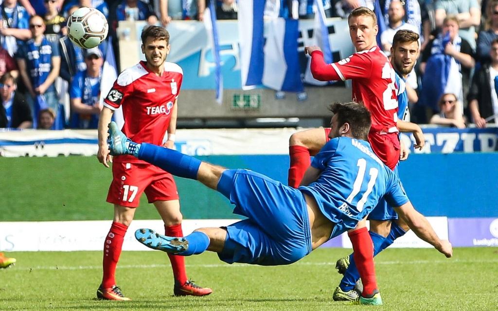 Christian Beck erzielt einTor für den 1.FC Magdeburg gegen Rot-Weiß Erfurt in der Saison 2016/17.