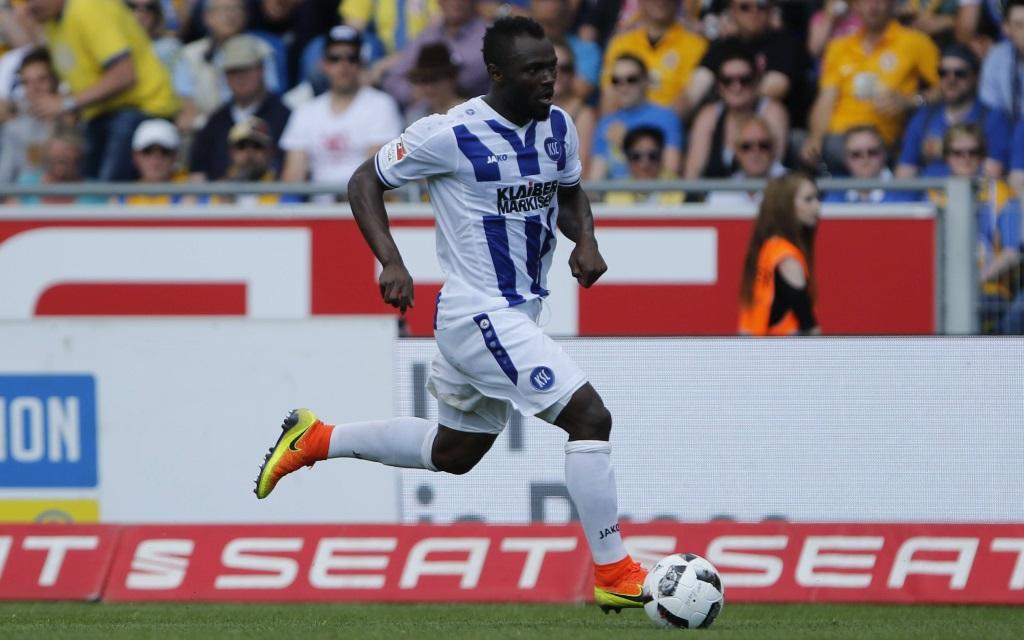 Franck Korn dribbelt mit dem Ball im Testspiel zwischen Eintracht Braunschweig und dem Karlsruher SC.
