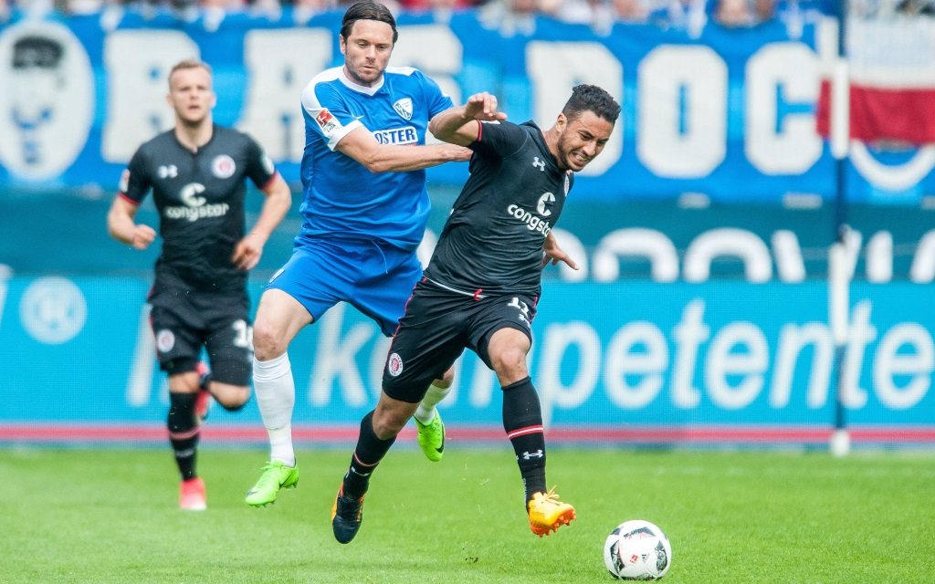 Tim Hoogland im Zweikampf mit Aziz Bouhaddouz im Ligaspiel VfL Bochum - FC St. Pauli.