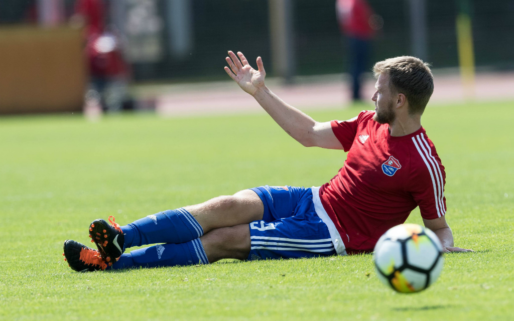 imago/Nordphoto: Statt den Ball zu spielen, lamentierten Stephan Hain und die Unterhachinger Spieler beim 0:3 in Bremen lieber.