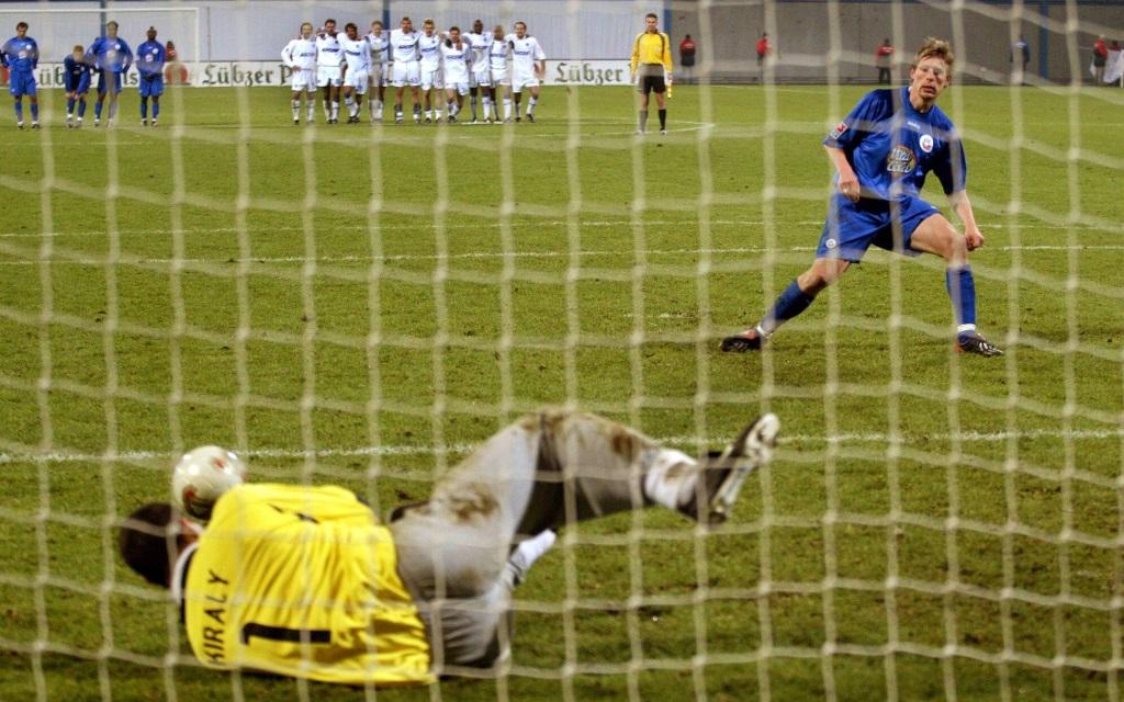 Gabor Kiraly pariert gegen Gernot Plassnegger im Pokal in der Saison 2003/04.
