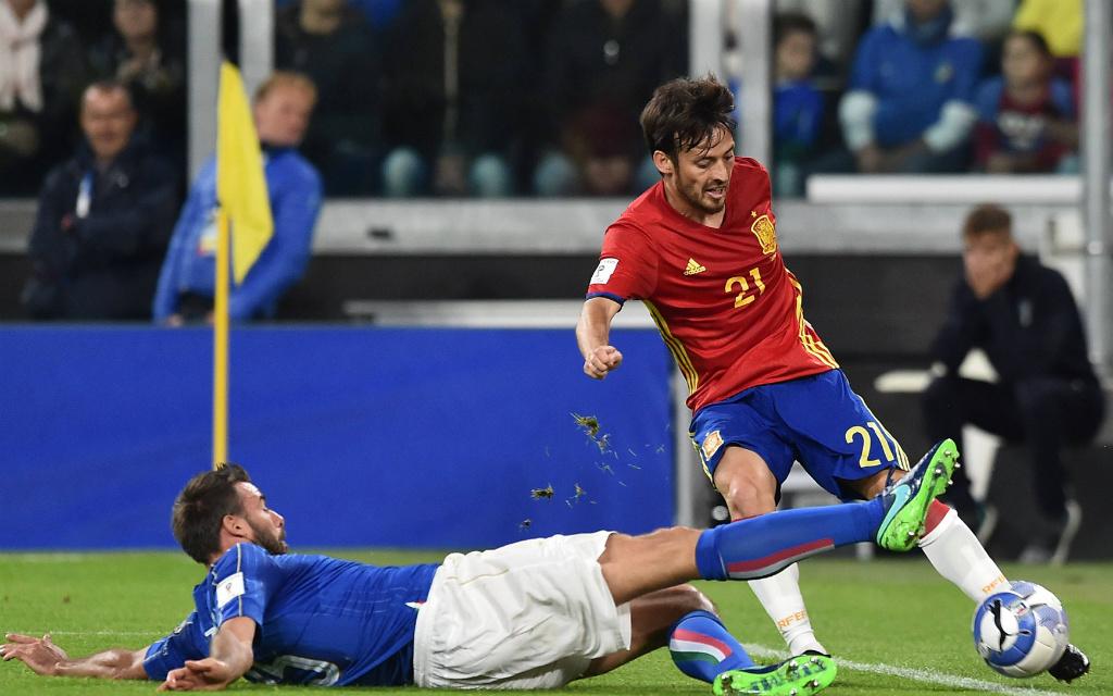 Imago/Insidefoto: Im Hinspiel konnte Italiens Barzagli (l.) Spaniens Silva manchmal nur durch Grätschen stoppen. Und nun?