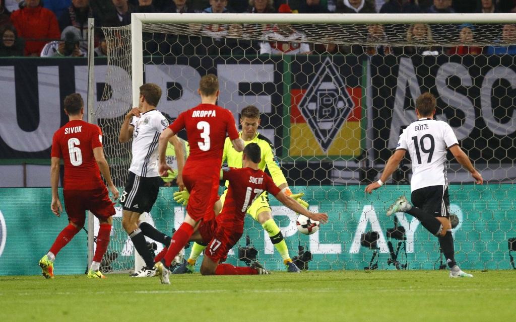 Thomas Müller trifft zum 3:0 in der WM-Quali gegen Tschechien.