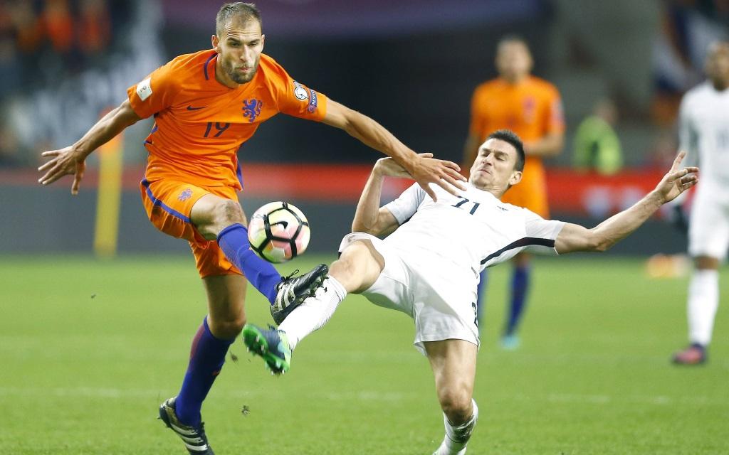 Bas Dost im Zweikampf mit Laurent Koscielny im Quali-Spiel Niederlande - Frankreich.