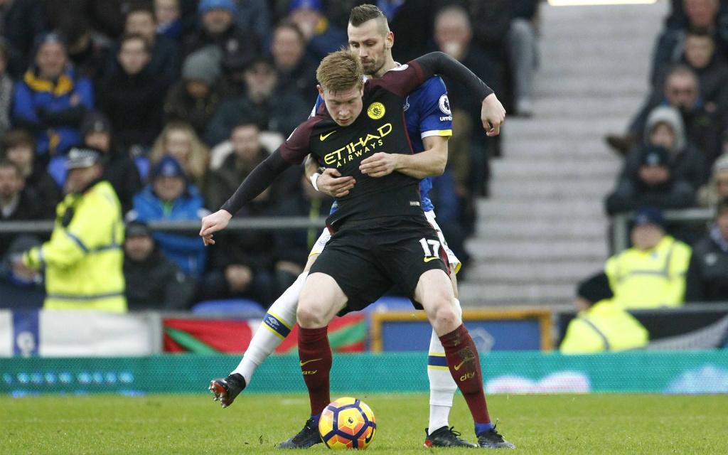 Imago/Action Plus: Schenken sich Morgan Schneiderlin vom FC Everton (hi.) und Kevin De Bruyne (vo.) von Manchester City auch am Montag nichts?