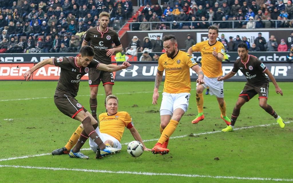 Johannes Flum beim Schussversuch im Spiel FC St. Pauli - Dynamo Dresden in der Saison 2016/17.