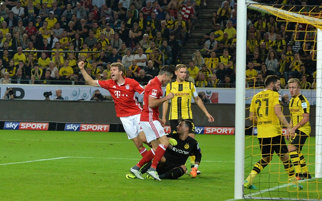 Thomas Müller trifft im Supercup der Saison 2016/17 für die Bayern gegen Borussia Dortmund.