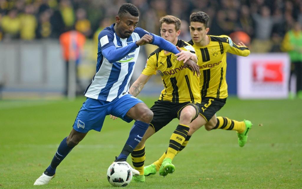 Salomon Kalou behauptet den Ball gegen Erik Durm im Ligaspiel Hertha BSC Berlin - Borussia Dortmund in der Saison 2016/17.