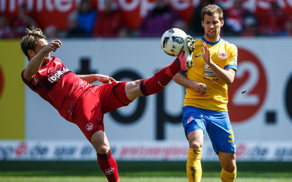 Daniel Halfar kämpft mit Hendrick Zuck um den Ball im Spiel Kaiserslautern - Braunschweig in der Saison 2016/17.
