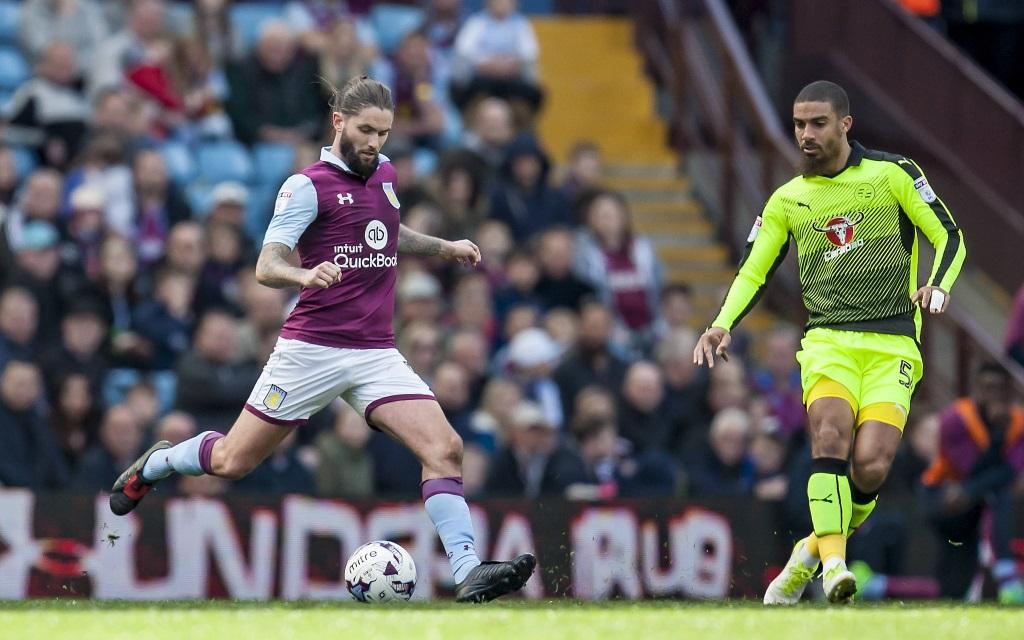 Henry Lansbury von Aston Villa beim Schuss im Ligaspiel gegen den FC Reading in der Saison 2016/17.