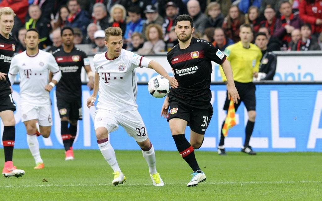Joshua Kimmich im Zweikampf mit Kevin Volland im Spiel Bayer Leverkusen - FC Bayern in der Saison 2016/17.