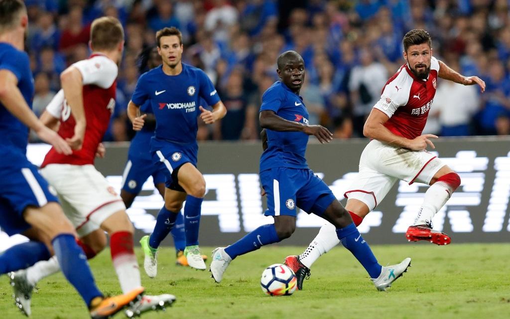 Olivier Giroud passt den Ball im Vorbereitungsspiel in China zwischen Arsenal und Chelsea.