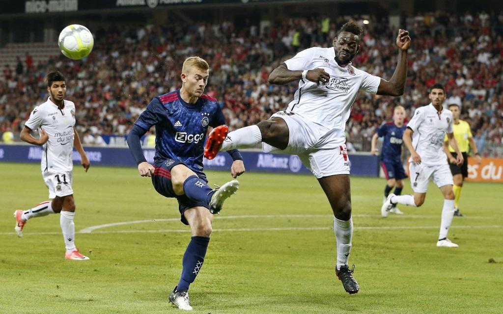 Mario Balotelli spitzelt Matthijs de Ligt den Ball weg im Spiel OGC Nizza - Ajax Amsterdam.