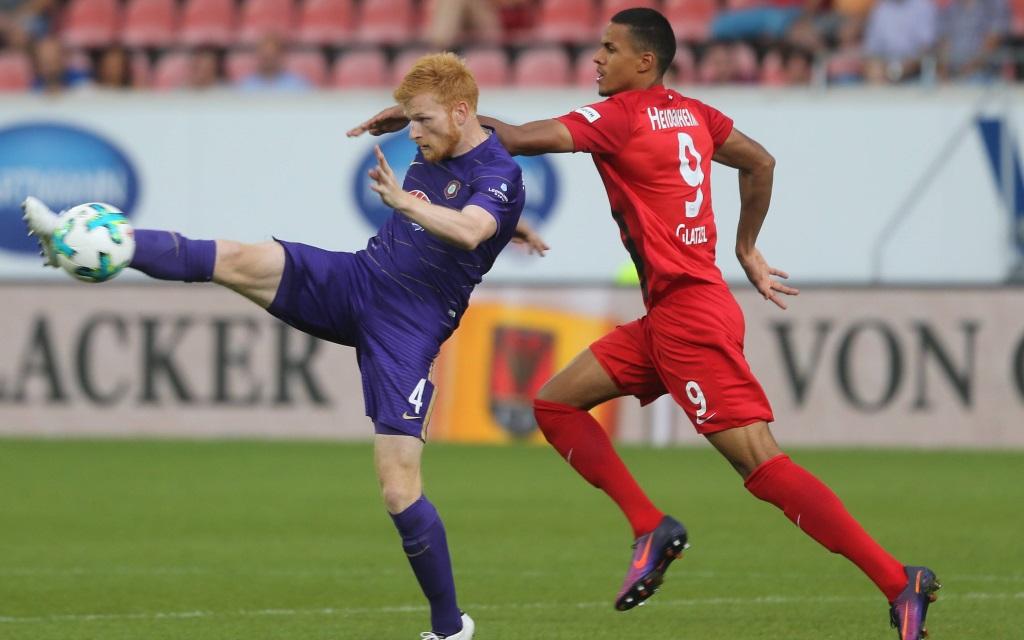Fabian Kalig klärt den Ball vor Robert Glatzel im Spiel 1.FC Heidenheim - Erzgebirge Aue.