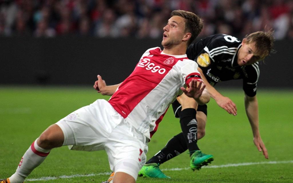 Joel Veltman wirft sich in den Zweikampf im Spiel Ajax - Rosenborg in der Saison 2017/18.