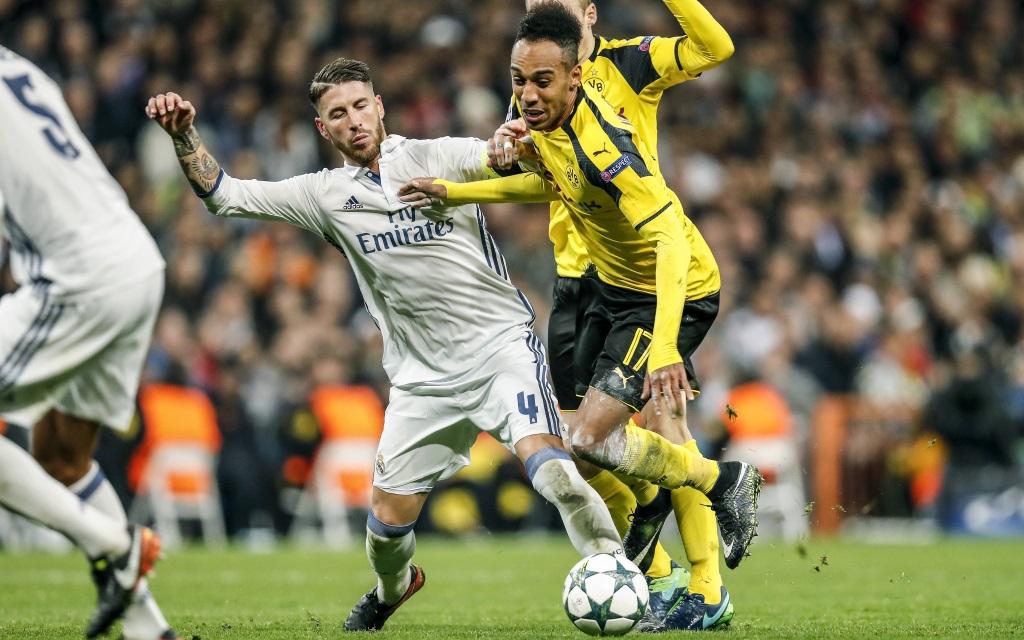 Pierre-Emerick Aubameyang kämpft mit Sergio Ramos um den Ball.
