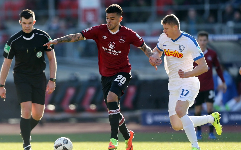 Shawn Parker im Zweikampf mit Pawel Dawidowicz im Spiel 1.FC Nürnberg - VfL Bochum.