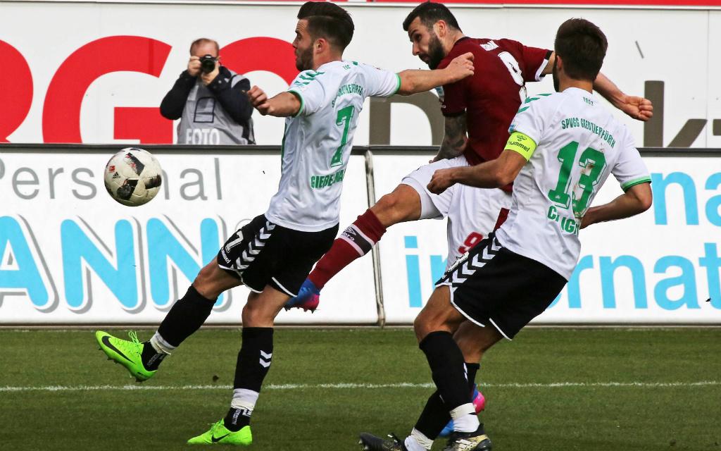 Imago/Bernd Müller: Beim letzten Frankenderby scheiterten Ishak und der FCN (m.) an Fürths Verteidigern. Und nun?
