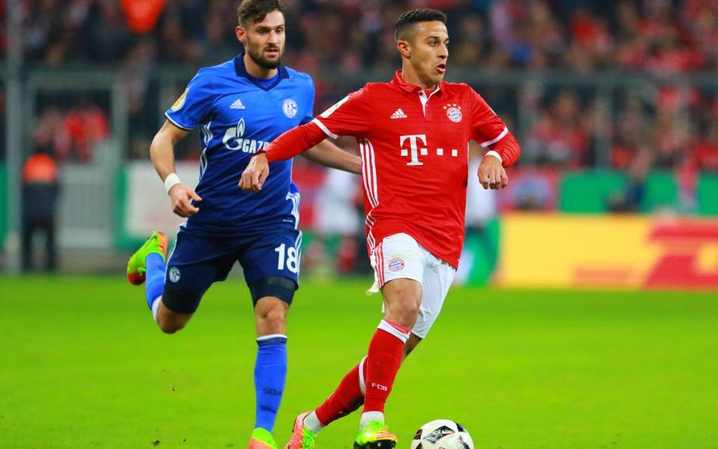Daniel Caligiuri im Laufduell mit Thiago im Ligaspiel FC Bayern - FC Schalke im DFB Pokal