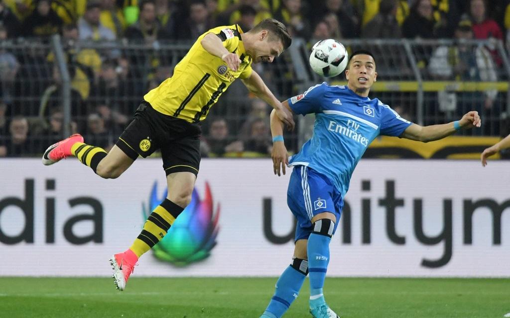Lukas Piszczek im Zweikampf mit Bobby Wood im Spiel Borussia Dortmund - Hamburger SV in der Saison 2016/17.