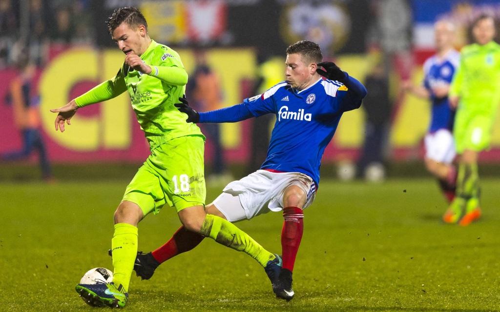 Thomas Blomeyer wird von Steven Lewerenz attackiert im Spiel Holstein Kiel gegen MSV Duisburg in der Saison 2016/17.