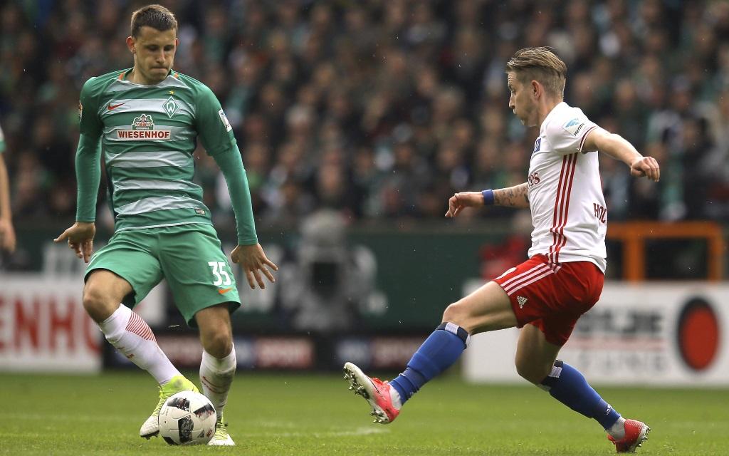 Lewis Holtby bedrängt Maximilian Eggestein im Derby zwischen Bremen und Hamburg in der Saison 2016/16