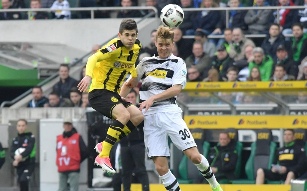 Christian Pulisic im Zweikampf mit Nico Elvedi im Spiel Borussia Mönchengladbach - Borussia Dortmund ind er Saison 2016/17.