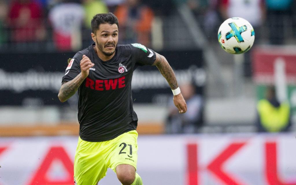 Leonardo Bittencourt fixiert den Ball im Ligaspiel FC Augsburg - 1.FC Köln.