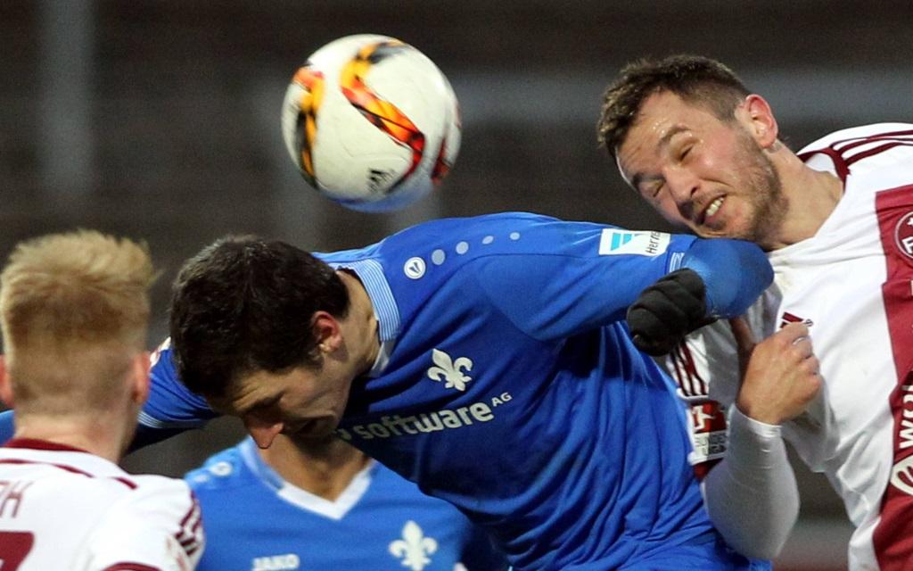 Dominik Stroh-Engel im Kopfballduell mit Even Hovland im Freundschaftsspiel SV Darmstadt - 1.FC Nürnberg.