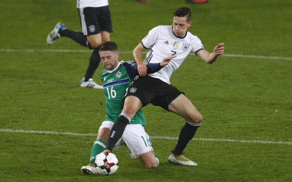 Julian Draxler im Zweikampf mit Oliver Norwood im Quali-Spiel Deutschland - Nordirland im Oktober 2016.