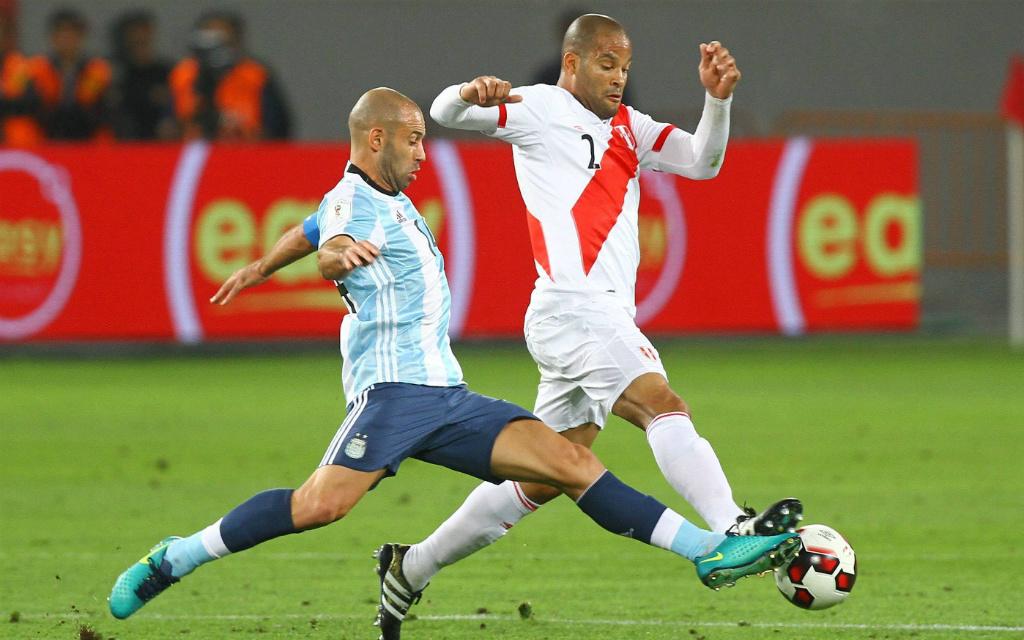 Imago/Photogamma: Lieferten sich schon im Hinspiel ein hartes Duell: Argentinies Mascherano (l.) und Perus Rodriguez.