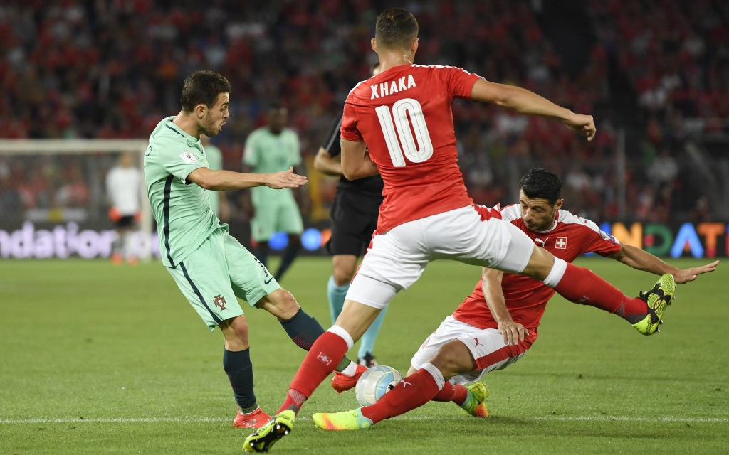 Blerim Dzemaili und Granit Xhaka werfen sich in den Ball beim Quali-Spiel Schweiz-Portugal im September 2016.