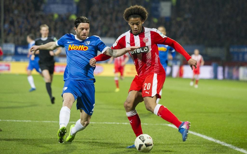 Tim Hoogland attackiert Emmanuel Iyoha im Ligaspiel VfL Bochum - Fortuna Düsseldorf Saison 2016/17.
