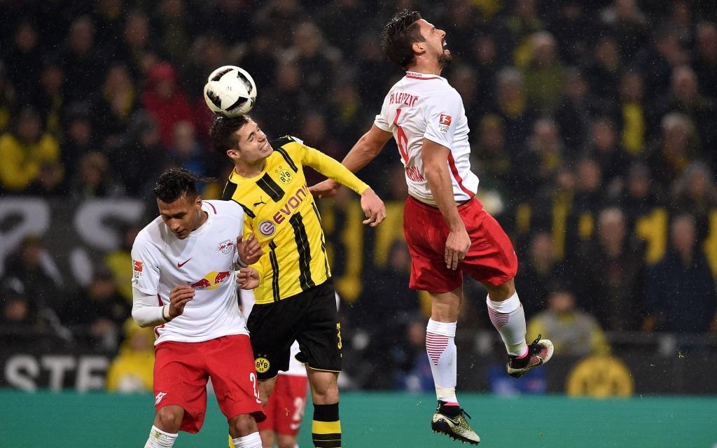 Julian Weigl kommt gegen Davie Selke und Rani Khedira zum Kopfball.