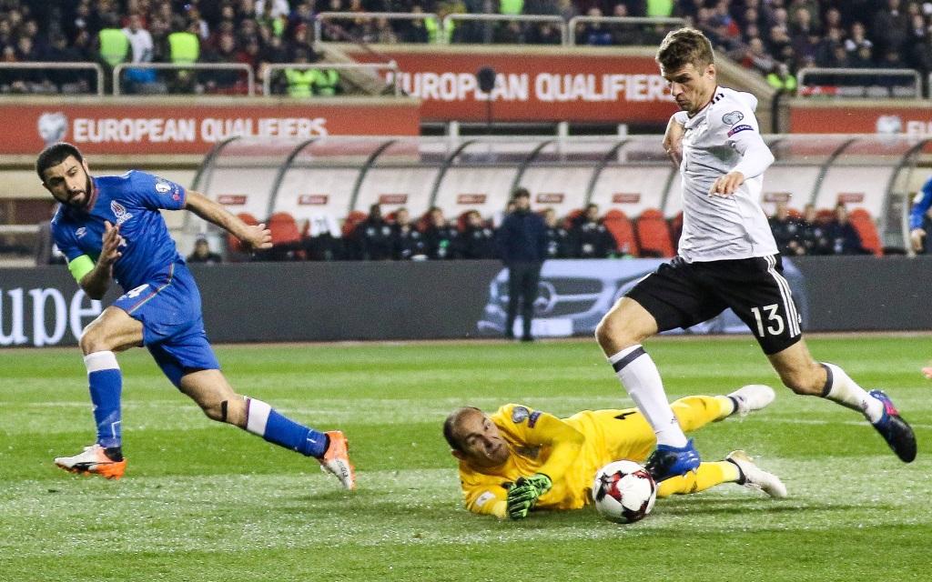 Thomas Müller triftt zum 2:1 in der WM-Quali gegen Aserbaidschan in Baku.