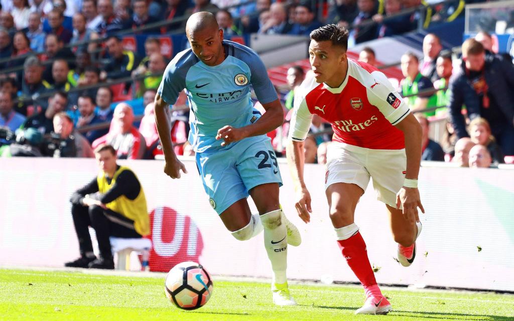 Imago/Paul Marriott: Kann Fernandinhos (l.) Manchester City Alexis Sanchez und den FC Arsenal stoppen?