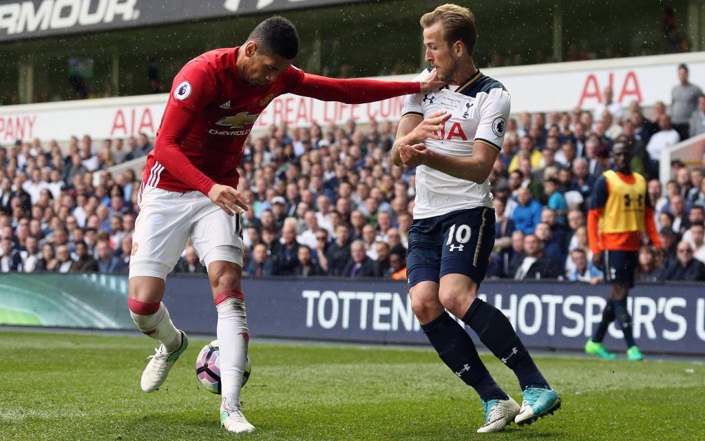 Chris Smalling und Harry Kane im Zweikampf im Ligaspiel Tottenham - Manchester United.