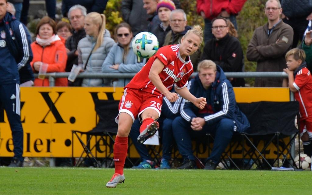 Leonie Maier beim Schuss im Spiel SV Alberweiler - FC Bayern.