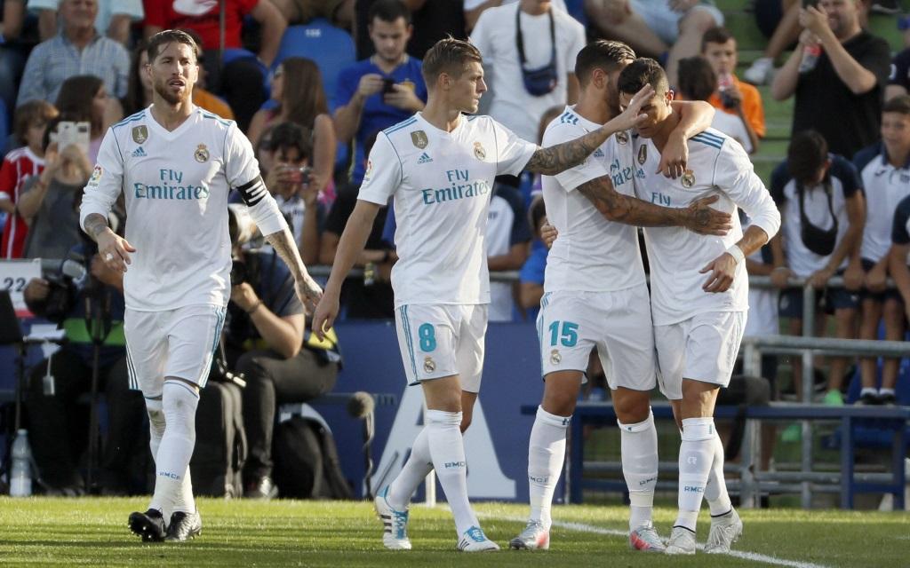 Cristiano Ronaldo wird von seinen Mitspielern nach dem 2:1 gegen Getafe gefeiert.
