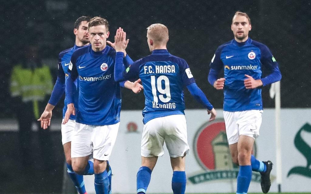 Hansa-Spieler nach einem Tor in der Liga gegen den VfL Osnabrück.
