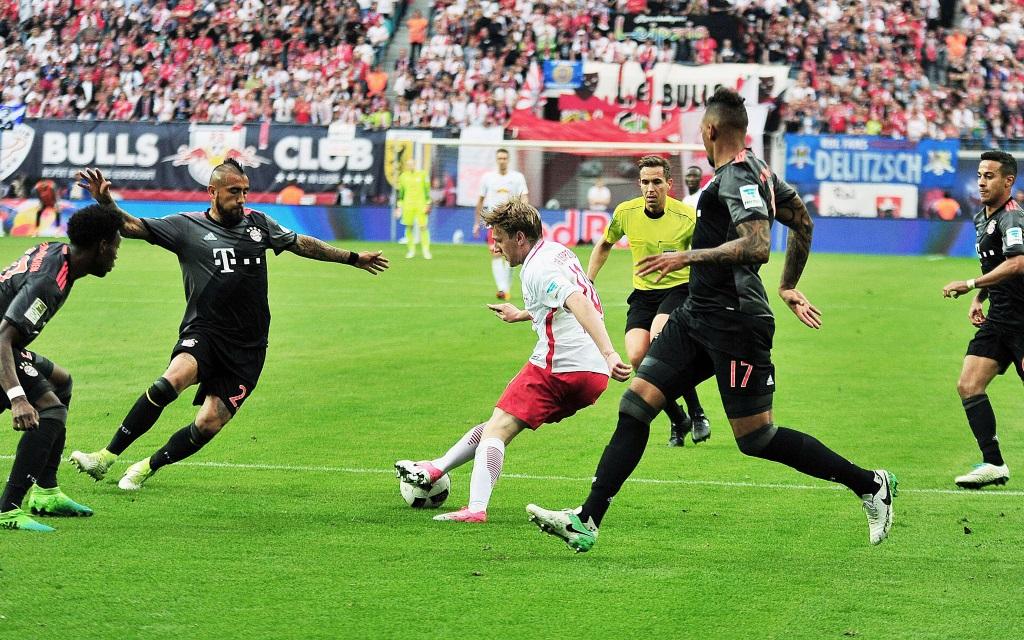 Emil Forsberg wird von vier Bayern-Profis attackiert.