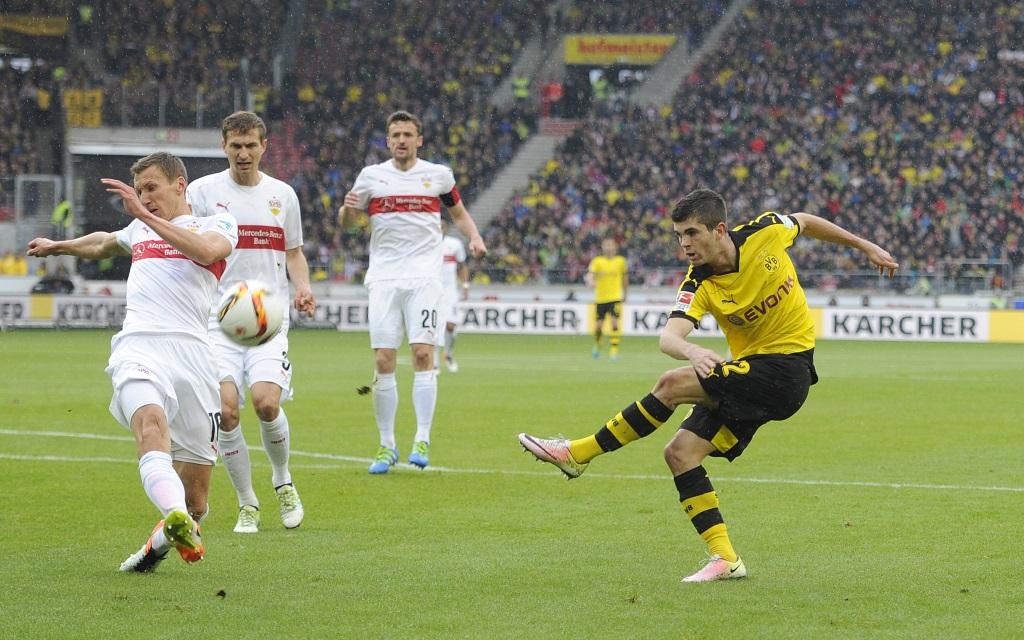 Christian Pulisic beim Schussversuch im Spiel zwischen VfB Stuttgart - Borussia Dortmund.