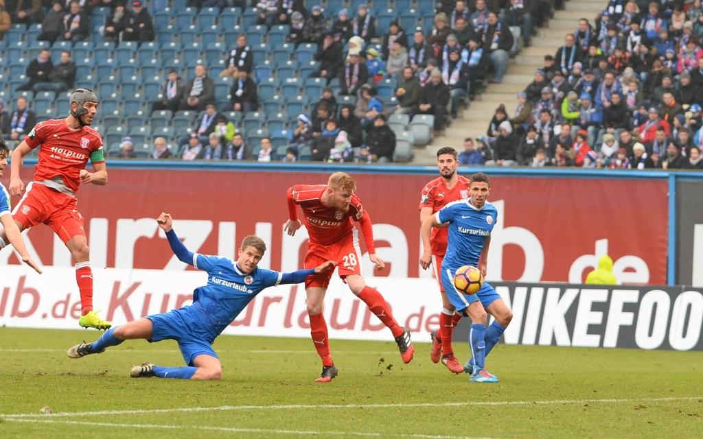 Tommy Grupe im Zweikampf mit Fabian Franke im Spiel Hansa Rostock - Hallescher FC Saison 2016/17.