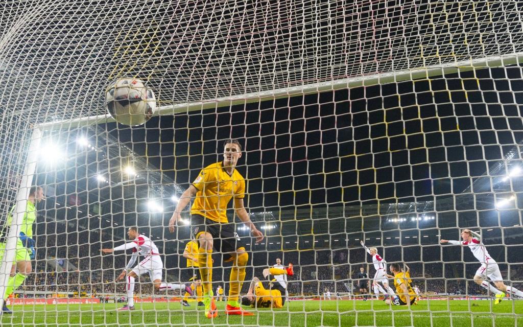 Torjubel des 1. FC Kaiserslautern nach dem 1:0 bei Dynamo Dresden am 23. Spieltag der Saison 2016/17.