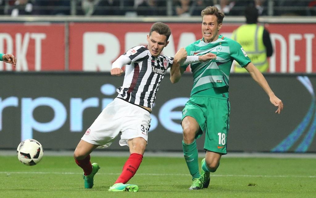 Mijat Gacinovic im Zweikampf mit Niklas Moisander im Ligaspiel Eintracht Frankfurt - Werder Bremen.