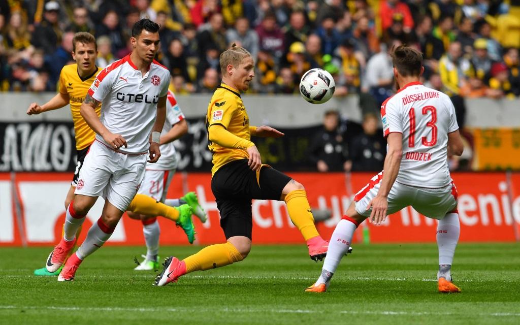 Marvin Stefaniak behauptet den Ball gegen zwei Düsseldorfer im Spiel Dynamo Dresden - Fortuna Düsseldorf.