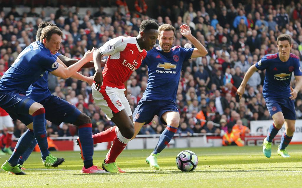 Imago/Xinhua: Können sich Danny Welbeck (M.) und der FC Arsenal der Bewachung der Manchester-United-Abwehr entziehen?