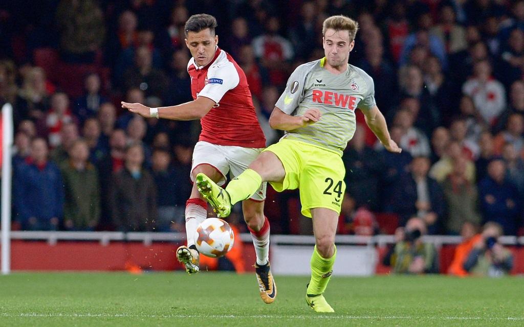 Alexis Sanchez kämpft mit Lukas Klünter um den Ball im Spiel FC Arsenal - 1. FC Köln.