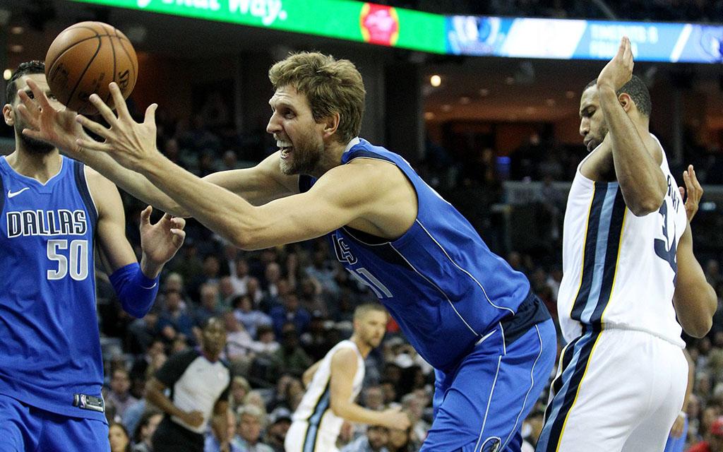 Dallas' Ikone Nowitzki beim Kampf um den Ball mit Memphis' Wright