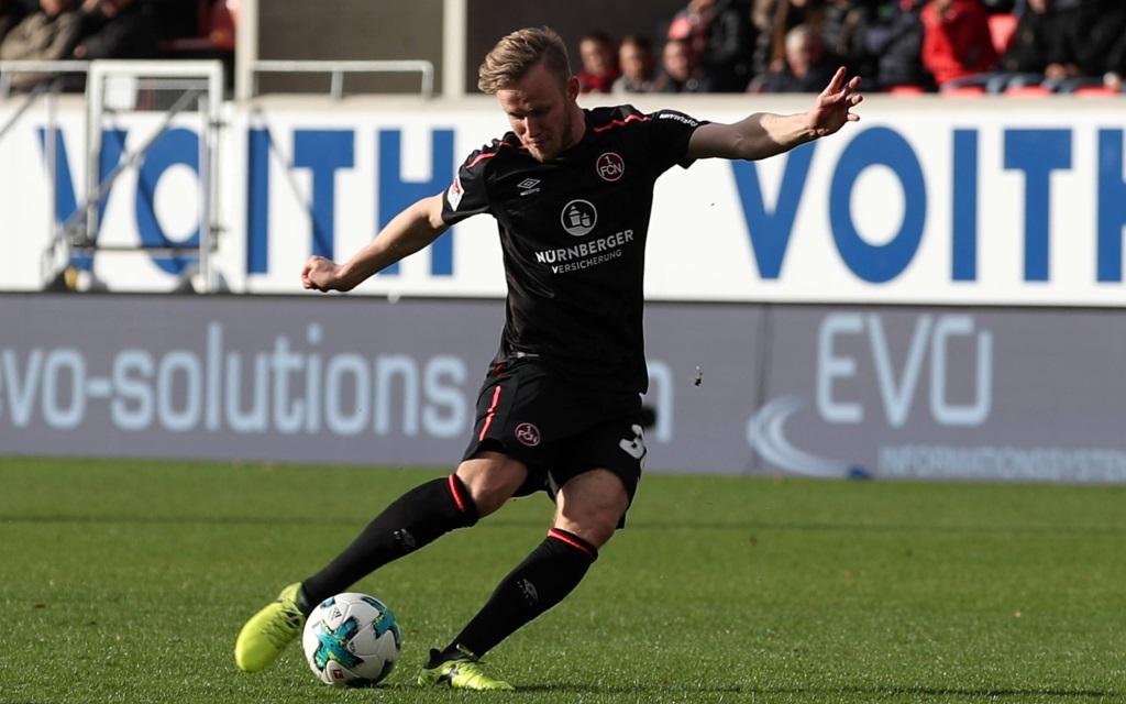 Cedrik Teuchert beim Schussversuch im Spiel 1. FC Heidenheim - 1. FC Nürnberg.